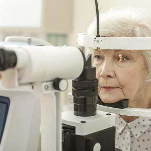 What are the factors predicting visual field fluctuation in glaucoma patients?